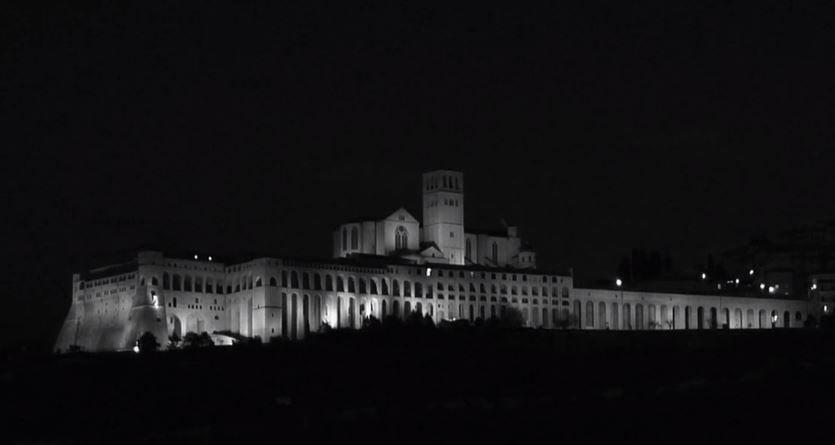 Assisi che incanta: (ri)spopola il video in bianco e nero e in time-lapse