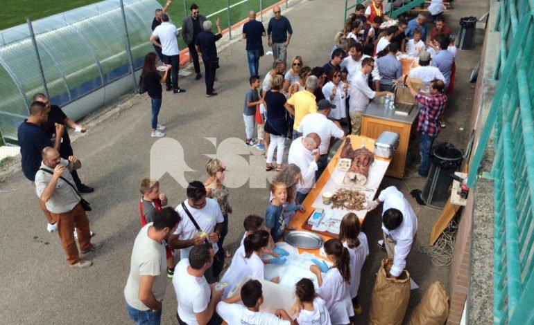 Tutti insieme allo stadio, grande successo per il pranzo di solidarietà organizzato dall'Angelana Calcio: le foto