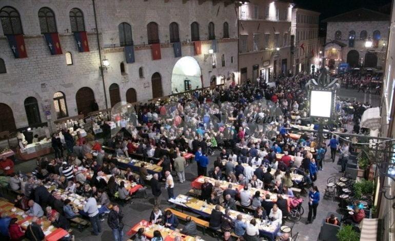 Piazza del Comune piena per la cena aperta offerta al Piemonte