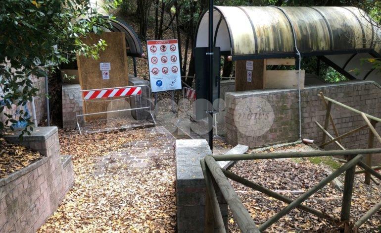 Porta Nuova: erbacce e graffiti alle Poste, scala mobile abbandonata (foto)