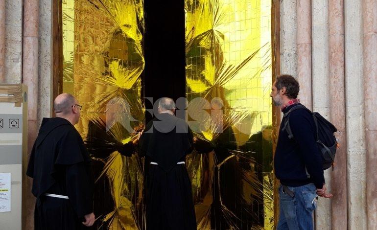 Eldorato, ad Assisi si ricorda la Giornata mondiale del migrante con coperte termiche su Basilica San Francesco (foto)