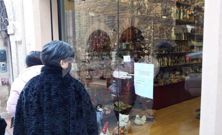Chiusure domenicali, i commercianti di Assisi centro protestano (foto)