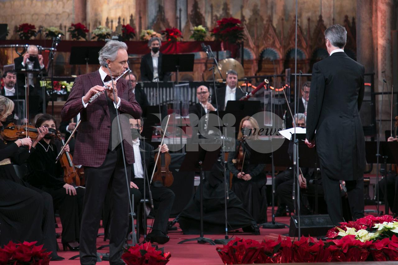 Andrea Bocelli al Concerto di Natale di Assisi 2020; la Lampada della pace ad António Guterres (foto+video)