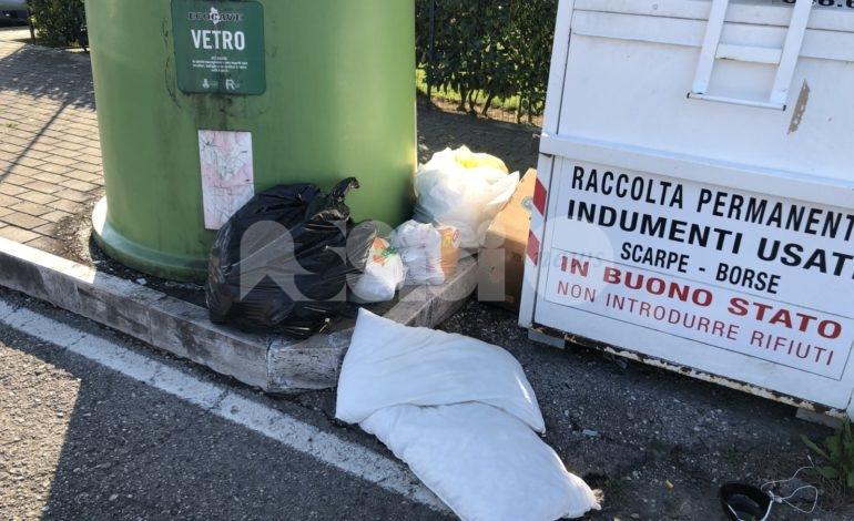 Rifiuti abbandonati a Santa Maria degli Angeli, in via D'Annunzio prosegue l'emergenza (foto)