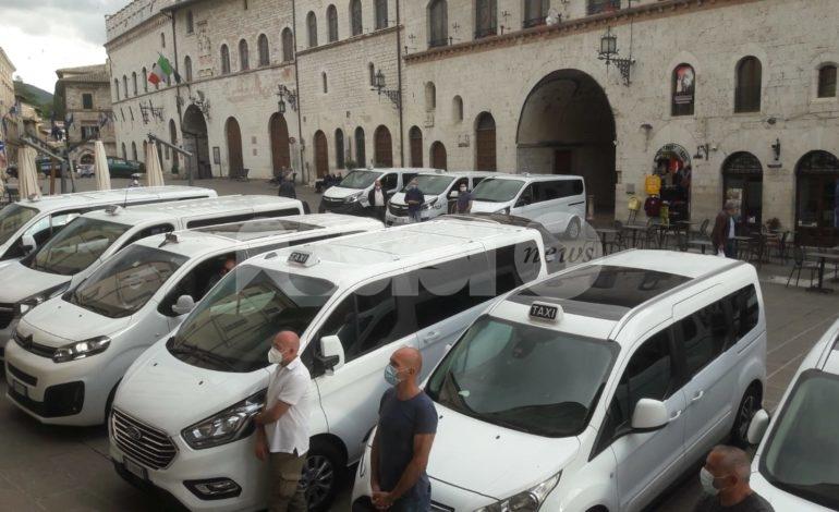 Taxi benedetti in Piazza del Comune: torna la tradizione nel segno della ripartenza
