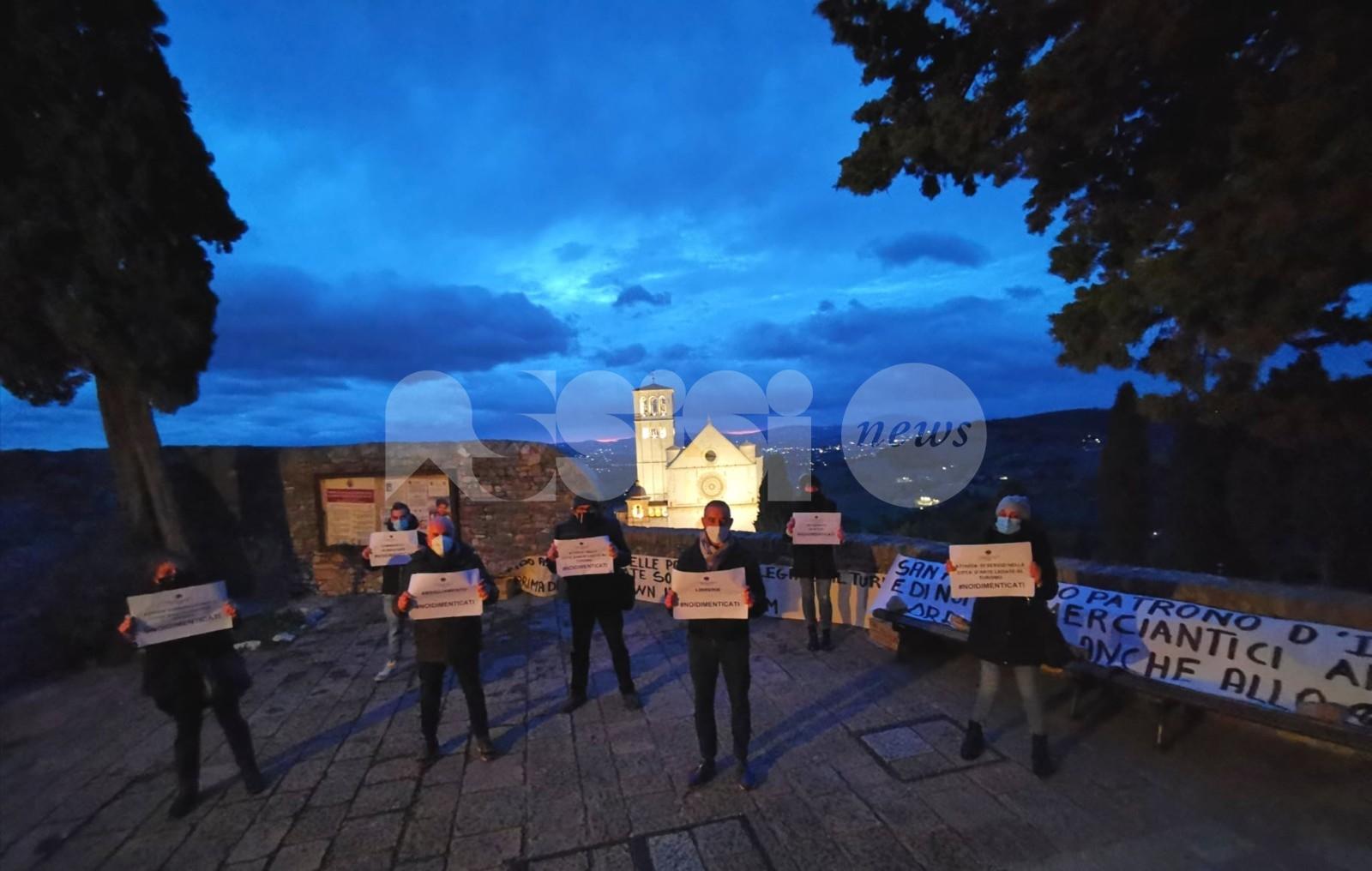 """Commercianti di Assisi ancora in protesta: picchetto """"silenzioso"""" a Santa Margherita (foto+video)"""