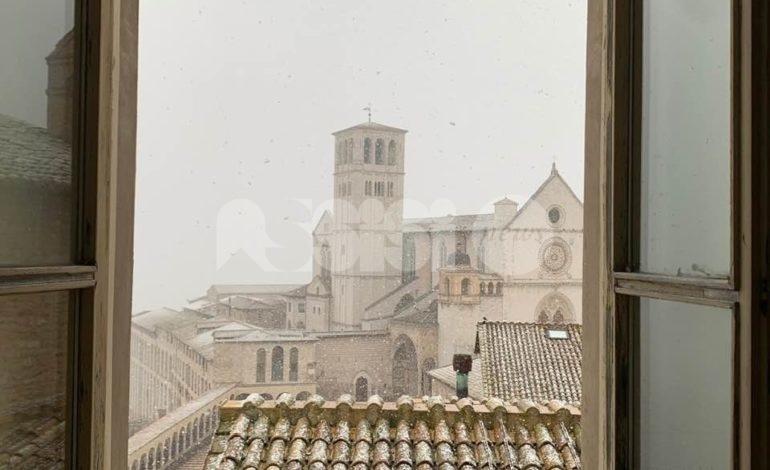 Neve ad Assisi, le foto dalla città – e dintorni – vuota e silenziosa