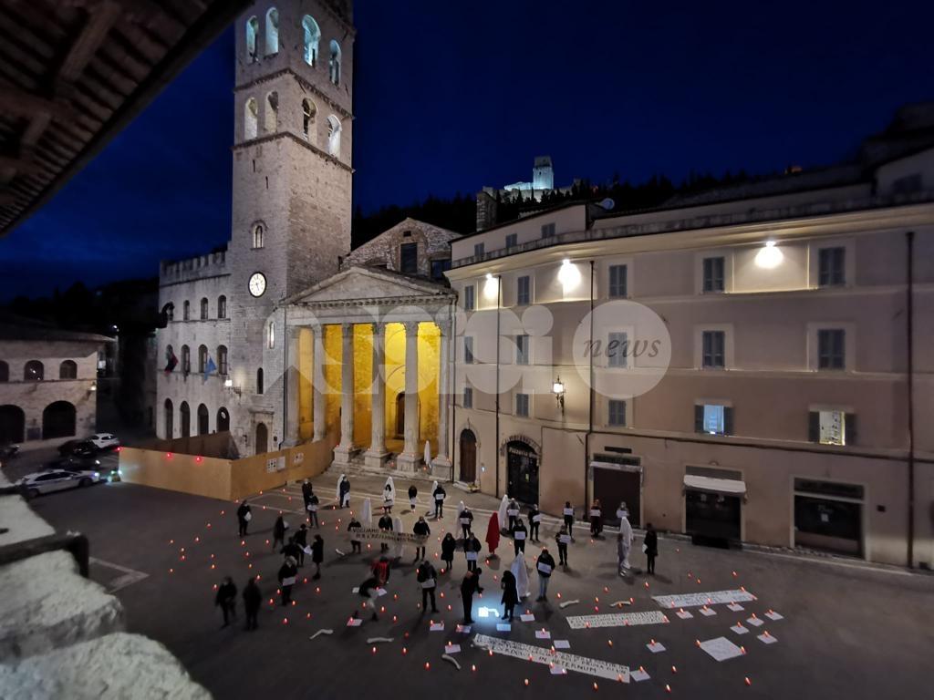 Scuole medie riaperte, negozi chiusi di domenica: nuova ordinanza regionale. Ad Assisi commercianti in protesta (foto+video)
