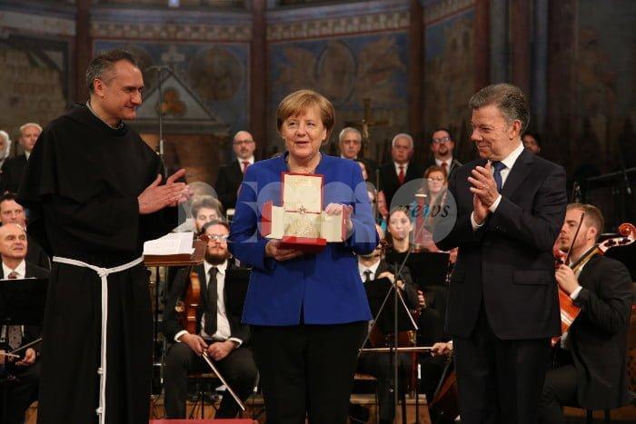 """Angela Merkel ad Assisi riceve la Lampada della Pace: """"Spero mi guidi l'esempio di Francesco"""""""
