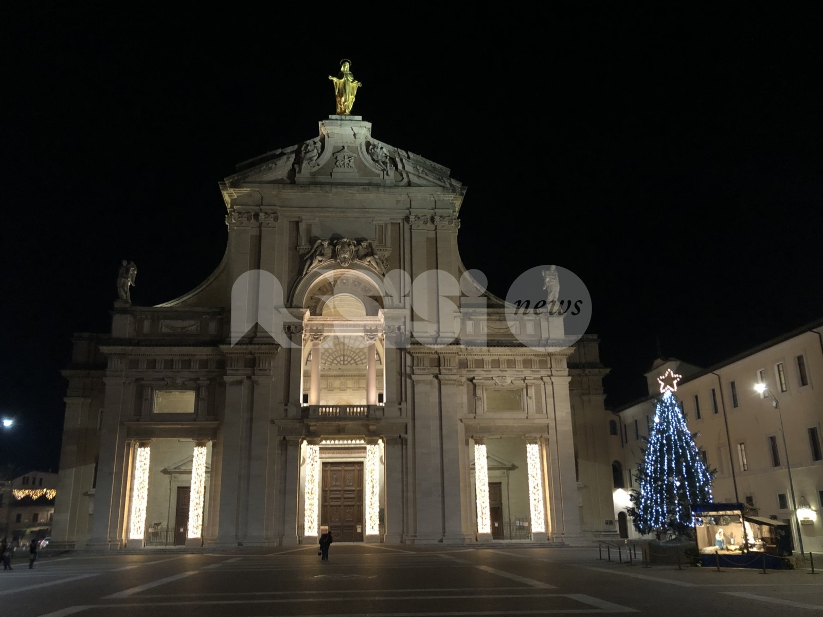 Natale 2020 a Santa Maria: angeli luminosi, presepe e albero (foto)