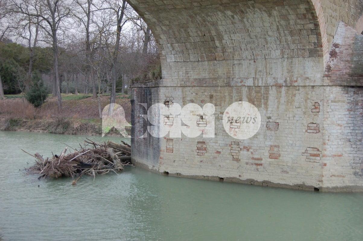 Ponte sul Chiascio a Petrignano d'Assisi bisognoso di manutenzione
