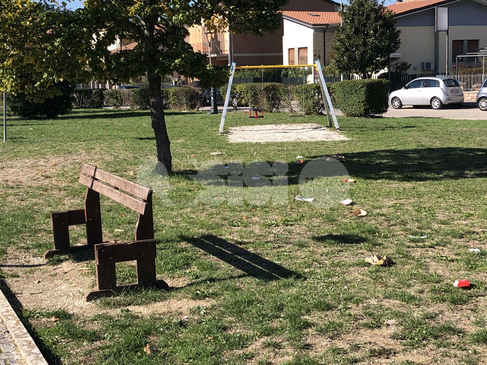 Giardini Almirante, a Santa Maria sporcizia, rifiuti e danni (foto+video)