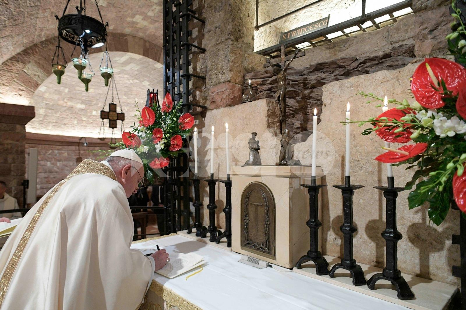 Enciclica Fratelli Tutti, storica firma dopo la messa sulla Tomba di San Francesco (FOTO)