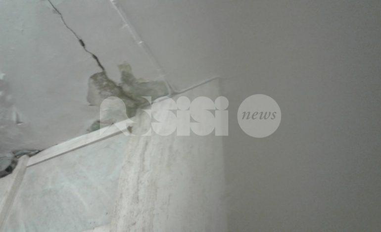 Al cimitero di Assisi ci sono infiltrazioni: la foto denuncia