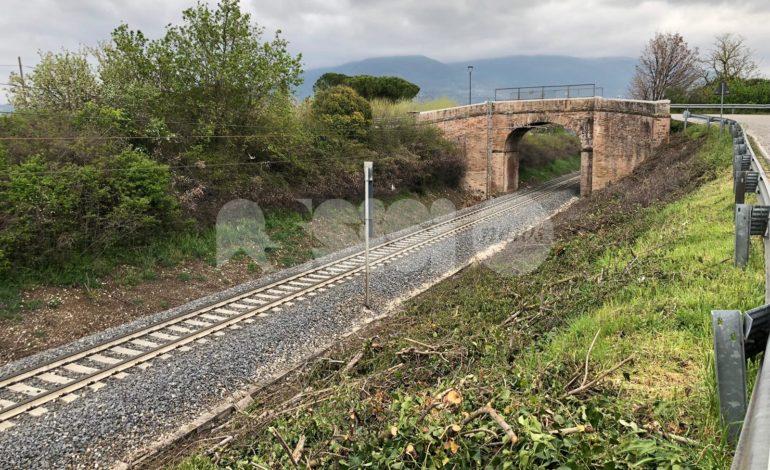 Ripuliti i binari della ferrovia a Ponte Rosso e Santa Maria degli Angeli