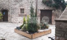 Natale ad Assisi, ci pensano (anche) i cittadini: addobbi su vie e vicoli (foto)
