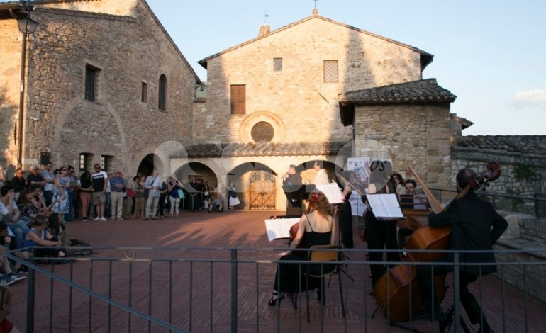 Emozioni Umbre 2019, ancora un sold out per il concerto al tramonto a San Damiano (foto+video)