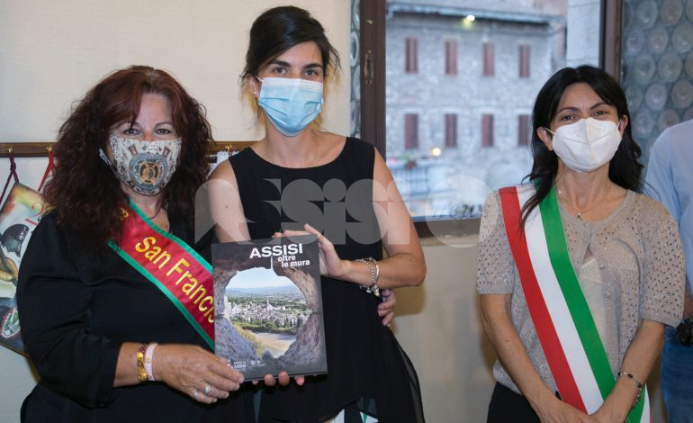 Angela Alioto, nuova visita ad Assisi: l'amministrazione le consegna una pergamena di auguri per Biden (foto)