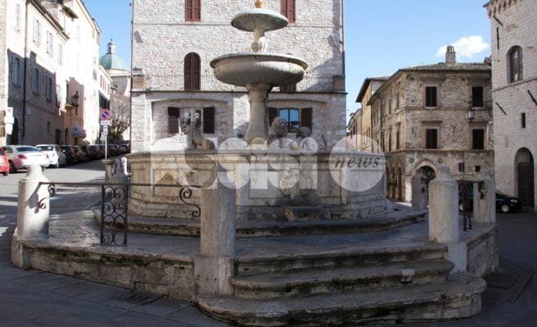 Fontana di Piazza del Comune ancora bisognosa di pulizia (foto)