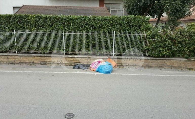 Emergenza rifiuti a Santa Maria degli Angeli: sono abbandonati anche di fronte alle case altrui