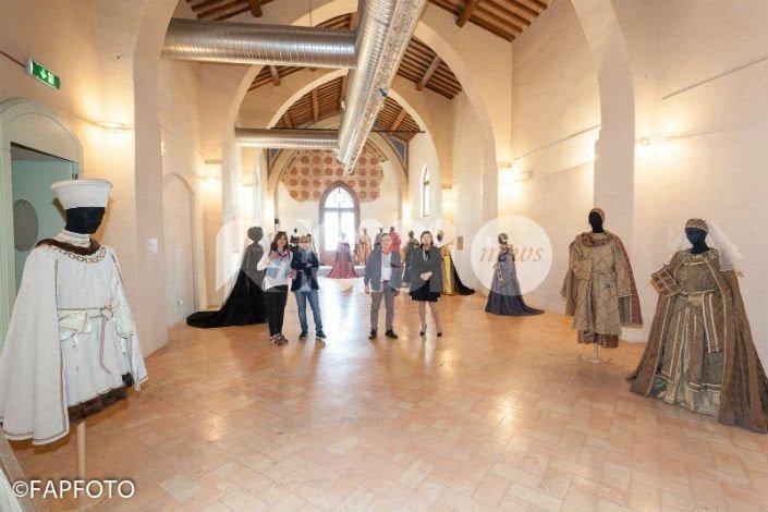 L'Umbria Rievoca, inaugurata ad Assisi la mostra di costumi di Daniele Gelsi: le foto