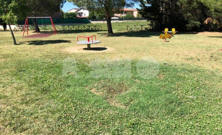 Giardini di via Martiri delle Foibe, rifiuti e incuria (foto+video)