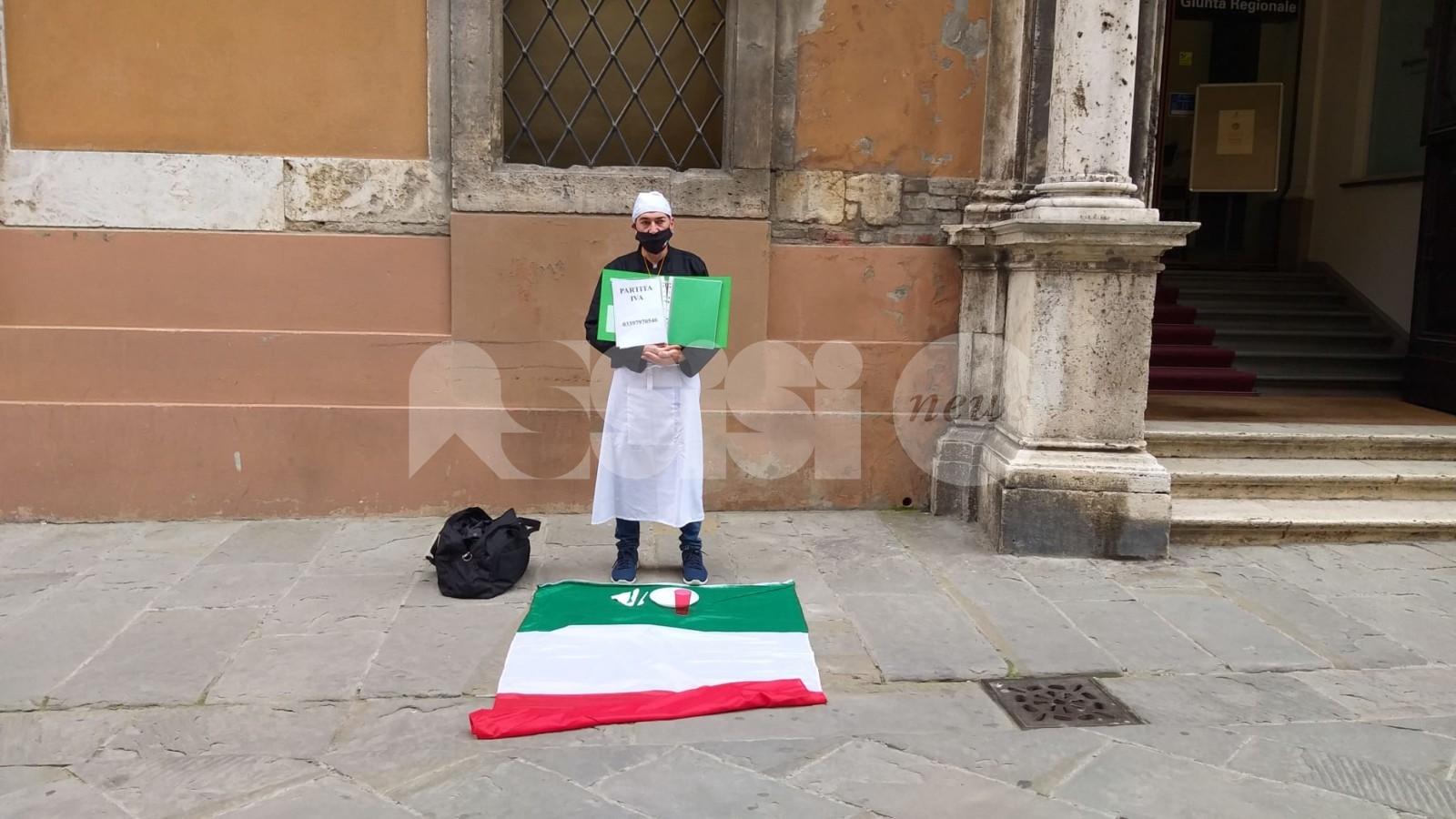 Fulvio Plazzotta, un ristoratore da Assisi tutti i giorni a Perugia per protestare (foto)