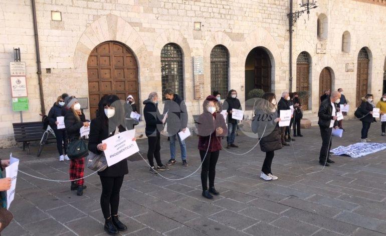 Commercianti di Assisi, protesta in catene di fronte al Comune (foto+video)