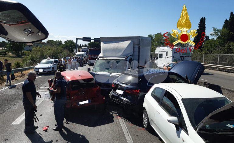 Doppio incidente stradale sulla Centrale Umbra, 8 mezzi coinvolti e quattro feriti (foto)