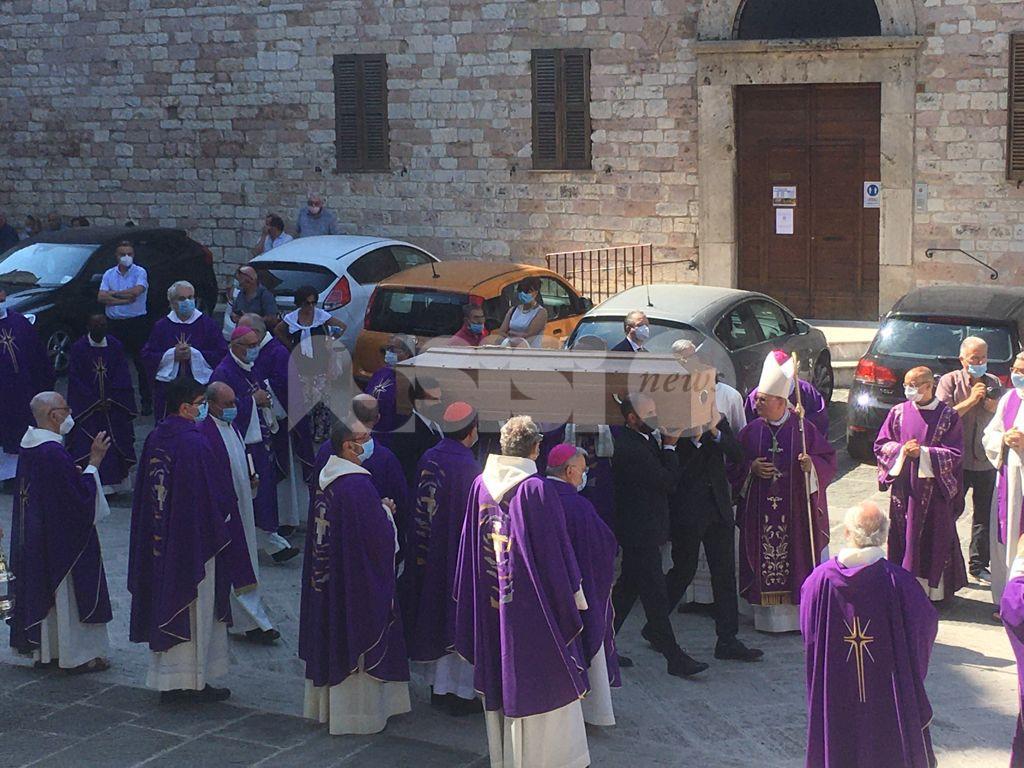 Monsignor Vittorio Peri, celebrati i funerali nella cattedrale di San Rufino (foto)