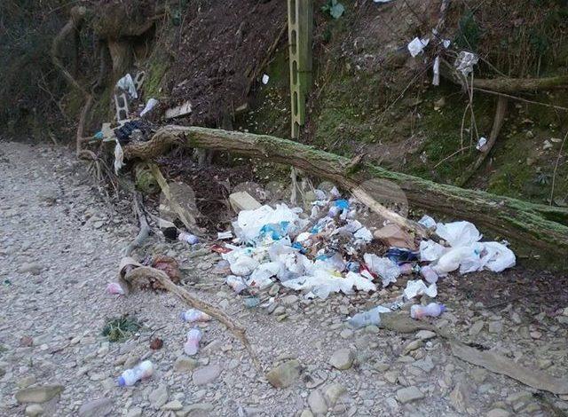 Il Movimento dello Sconforto Generale ripulisce il fiume Chiascio