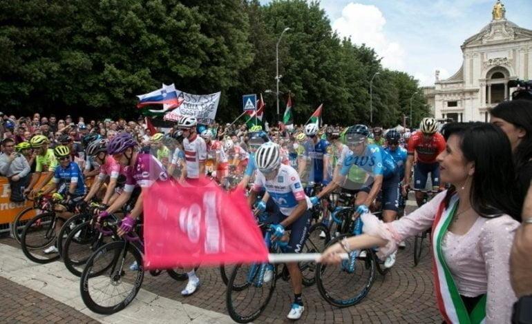 Il Giro d'Italia 2018 fa tappa ad Assisi nel ricordo di Gino Bartali: foto e video