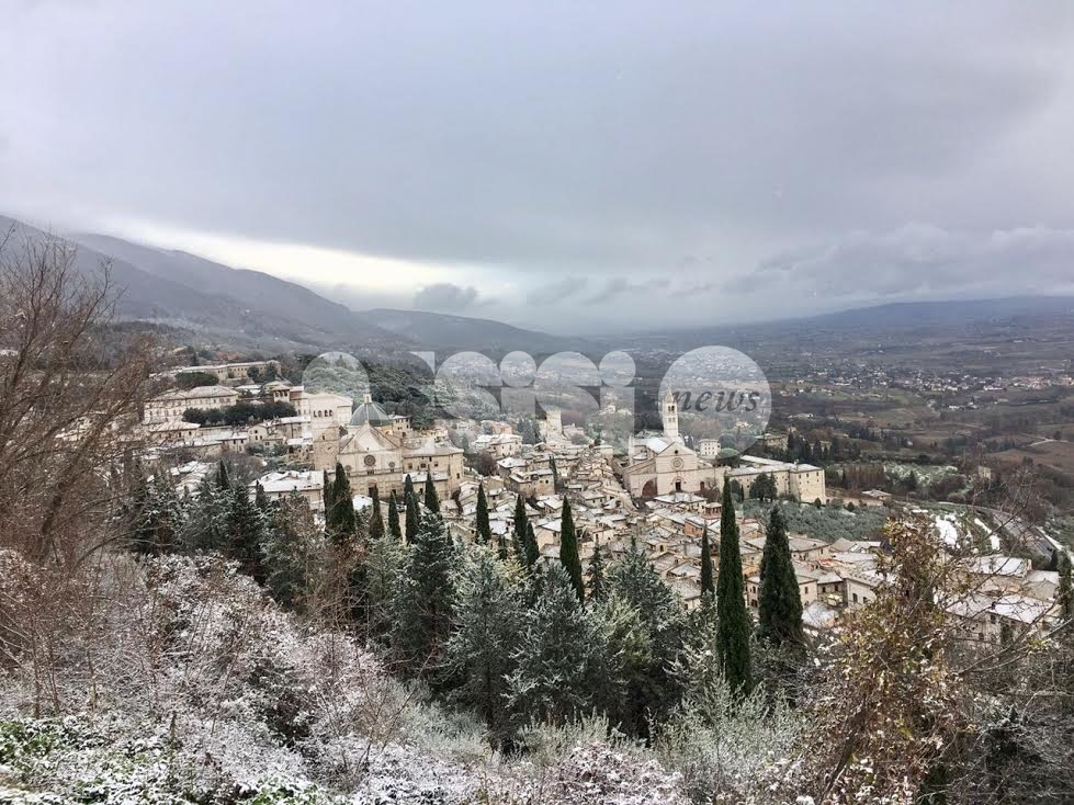 Bellissima Assisi imbiancata dalla prima lieve nevicata: le foto