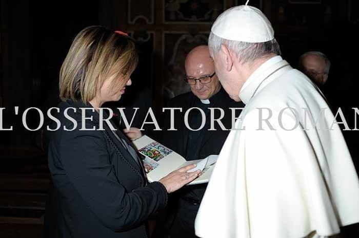 Francesca Di Maolo consegna a Papa Francesco un'opera dei ragazzi ospiti del Serafico