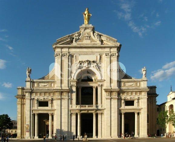 Vanno in Basilica a pregare e lasciano il figlio in auto: Ps Assisi denuncia coppia di Caserta
