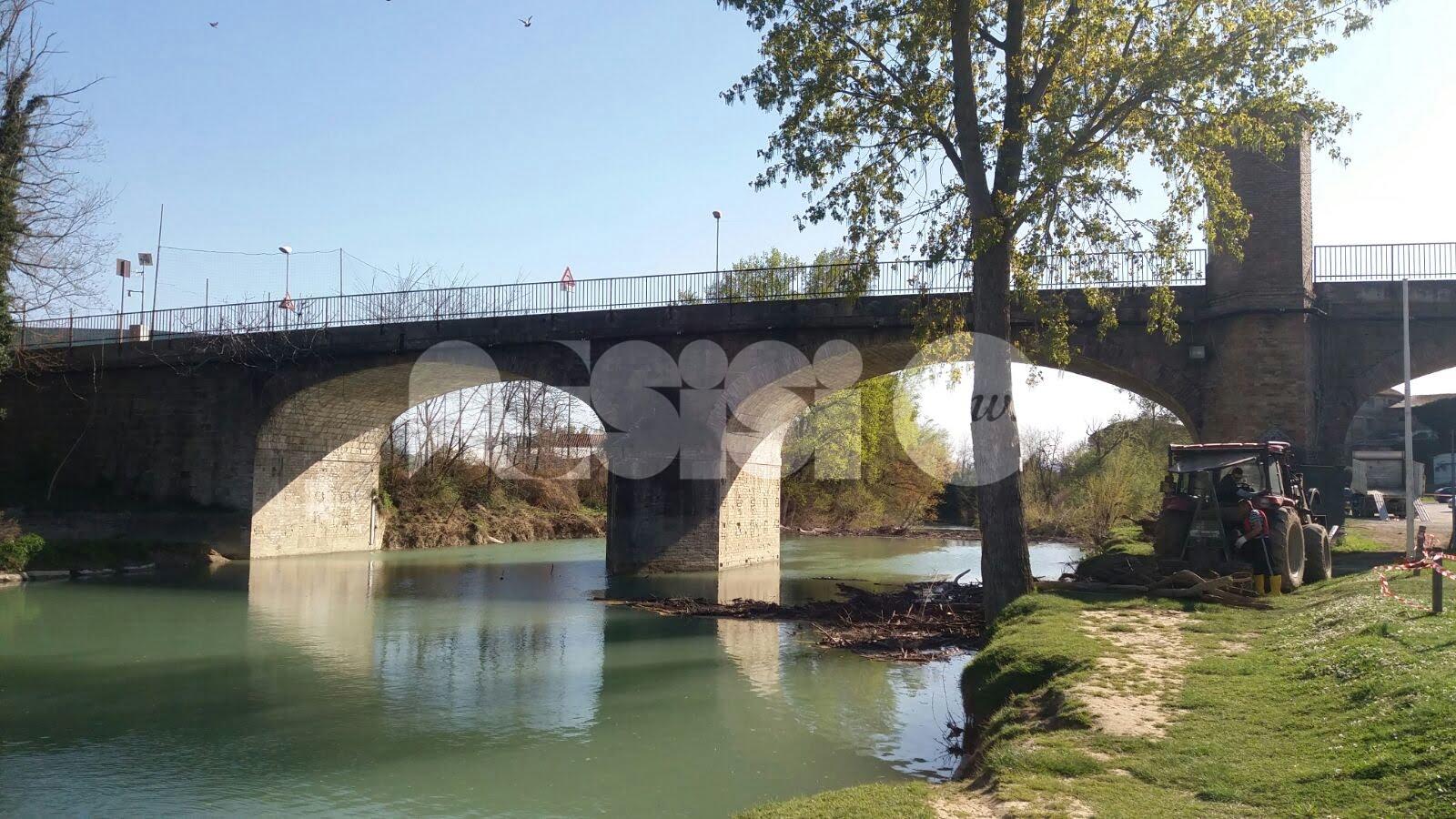 Fiume Chiascio a Petrignano: la Provincia ripristina il regolare deflusso delle acque sotto il ponte