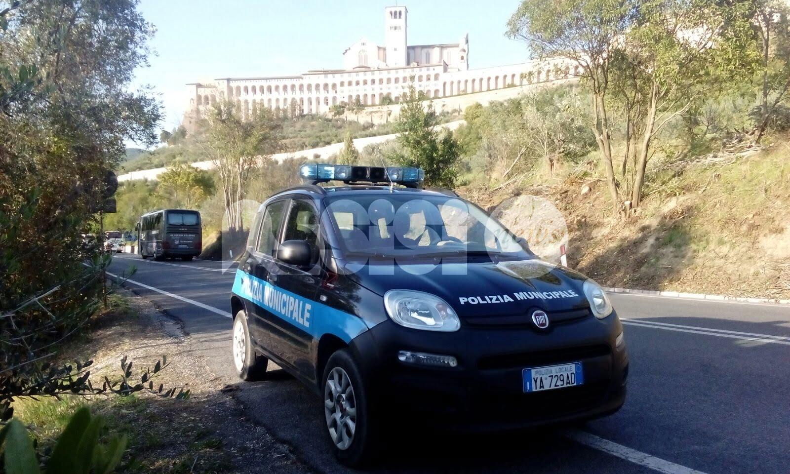 La Polizia Municipale di Assisi insegue e ferma due donne dopo uno scippo