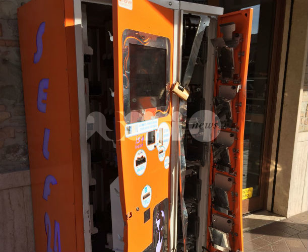 Furto a Santa Maria degli Angeli, scassinato un distributore automatico