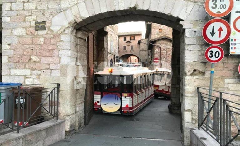 Assisi, il Trenino di Natale si incastra a Porta San Giacomo