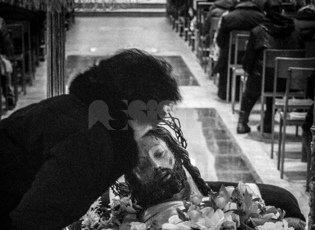 Scavigliazione ad Assisi, le suggestive foto di un antico rito della Pasqua