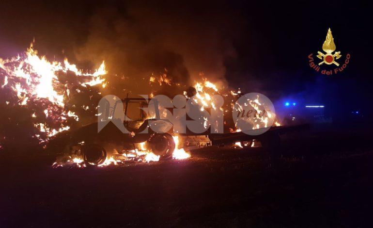 Incendio in un campo di rotoballe, vigili del fuoco al lavoro per ore