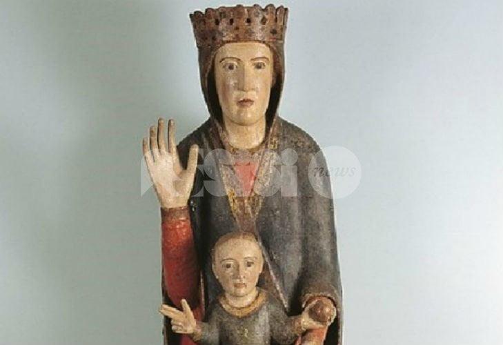 La Madonna in trono rubata a Spello ritrovata a Umbertide: è stata lasciata in chiesa