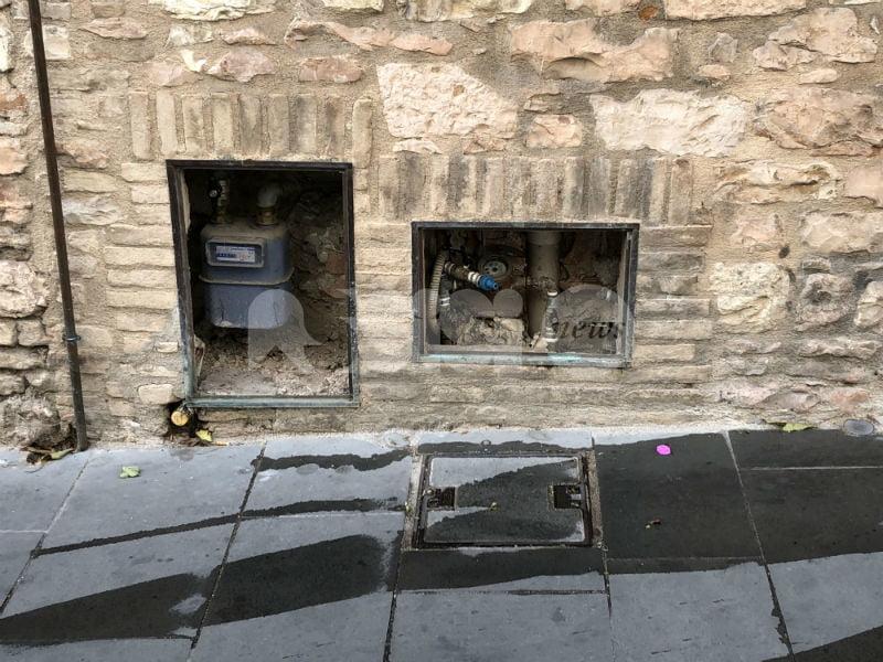 Furti di rame, a Spello si rubano pure gli sportelli dei contatori di acqua e gas