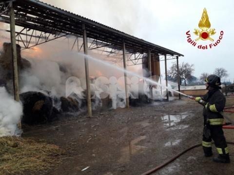 Spello, incendio in un capannone agricolo: sul posto i vigili del fuoco