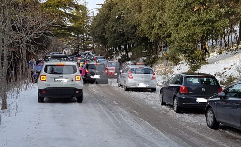 Monte Subasio preso d'assalto per la neve: molte le auto bloccate