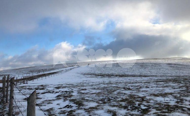 Lo spettacolo della neve sul Monte Subasio: tanti visitatori in una domenica di sole