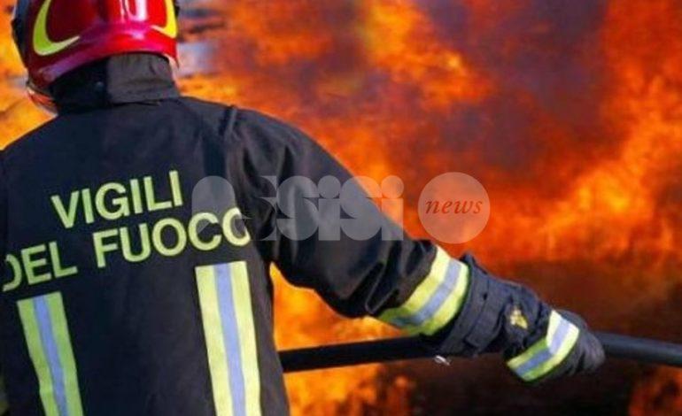 Bastia Umbra, incendio in una rimessa: vigili del fuoco e carabinieri sul posto