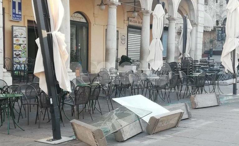 Forti raffiche di vento ad Assisi: danni in Piazza del Comune