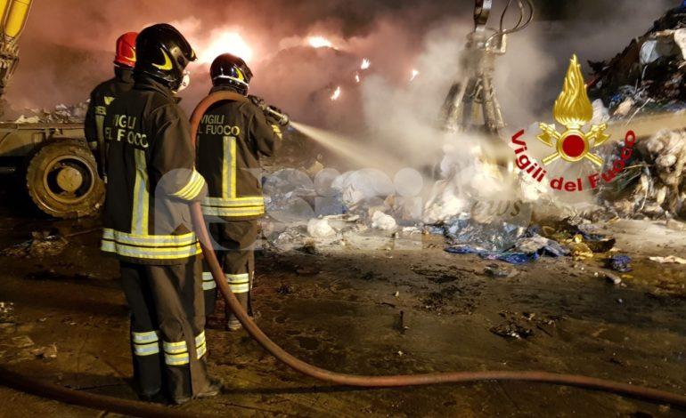 Incendio a Ponte San Giovanni, fiamme spente e scuole chiuse