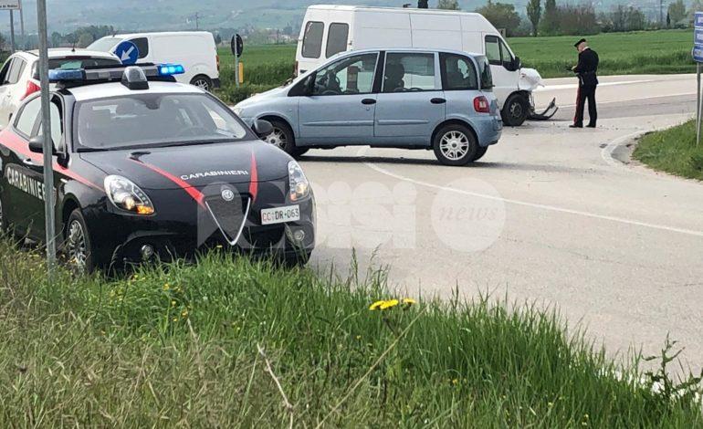 Incidente fra auto e furgone la mattina di Pasqua, ingenti danni ai mezzi